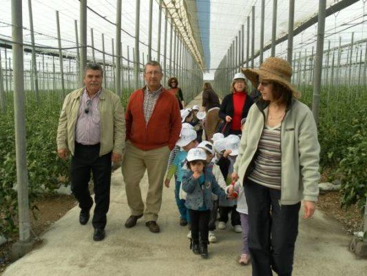 Visita de niños al invernadero en Vícar