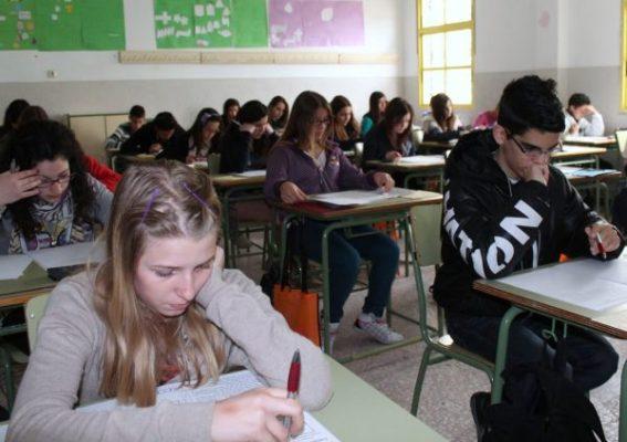 Alumnos examinandose en las Olimpiadas matemáticas Thales - Pulpí