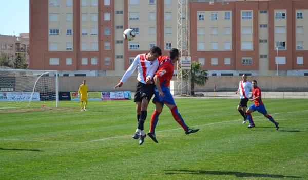 El atacante Mara del CD Roquetas pugna por el balón con un rival