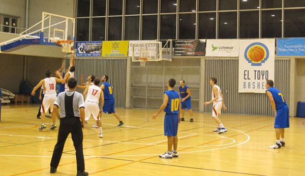 El Toyo Basket en un partido de liga