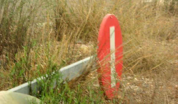 señal tirada en el suelo