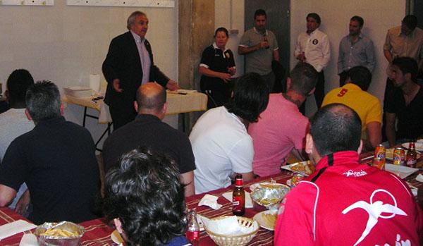Alfonso García visita a la plantilla