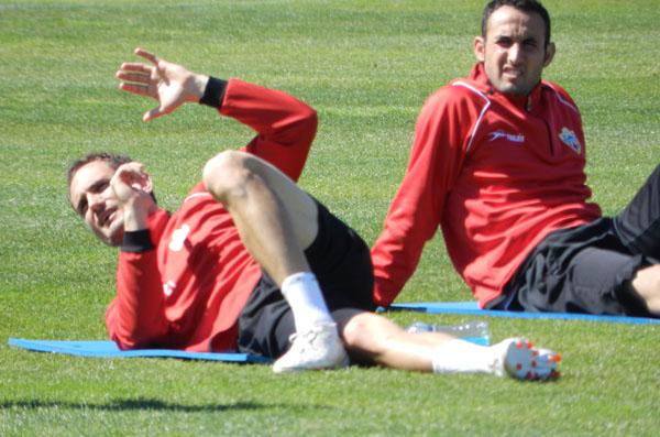 Carlos García hace abdominales tras entrenamiento