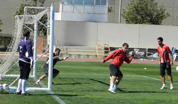 Carlos García tapa lanzamiento en entrenamiento