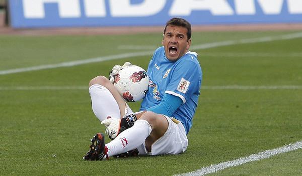 El portero de la UD Almería pisó a Carlos García al caer tras coger un balón por alto