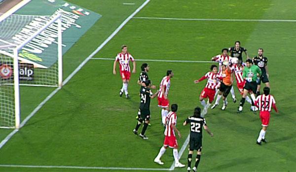 El portero del Dépor le gana la partida a Diego Alves y a toda su defensa para empatarle al Almería en descuentro