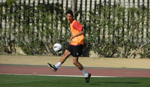 Joaquín Fernández pone un centro con el primer equipo