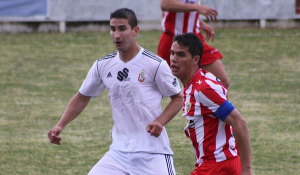 El capitán del Almería B lucha con Samu, de la AD Ceuta