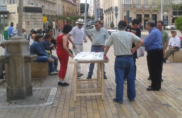 Mesa de firmas y de operaciones en el centro de Almería