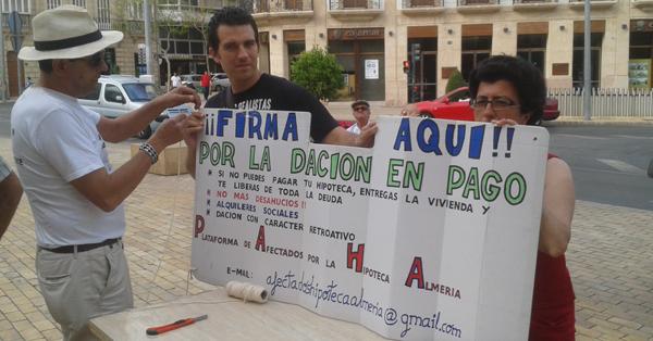 Indignados de Almería recogiendo firmas en la Puerta de Purchena
