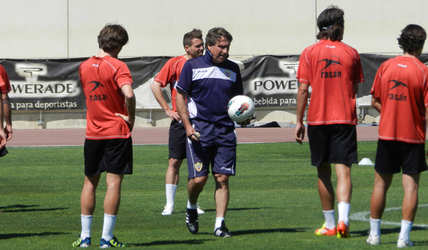 El míster de la UD Almería está muy encima de sus jugadores cada día de trabajo