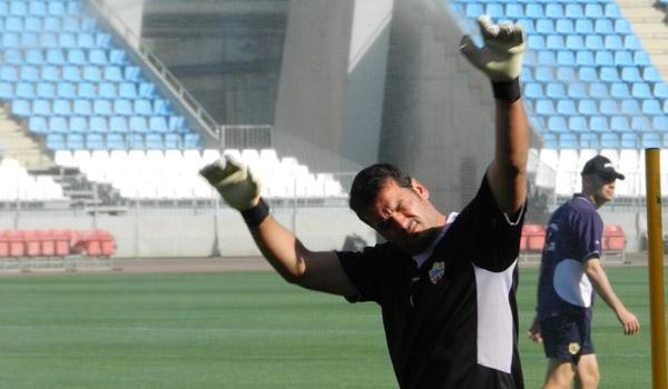 El portero de la UD Almería estira cegado por el sol en el Estadio de los Juegos Mediterráneos