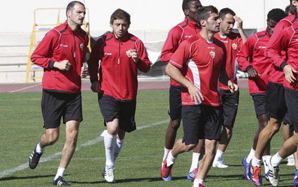 La parte inicial del entrenamiento de la UD Almería consiste en la activación física con carrera contínua