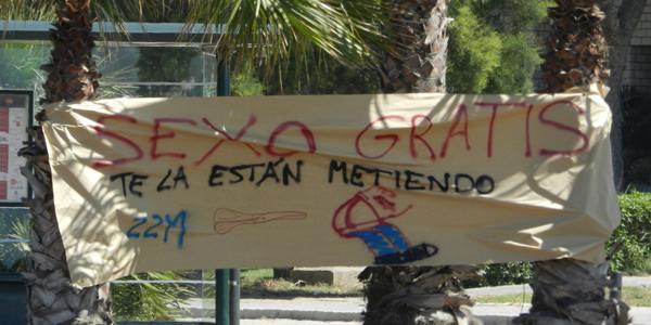 Los alumnos de la Universidad de Almería han derrochado imaginación en sus mensajes contra los recortes en materia educativa