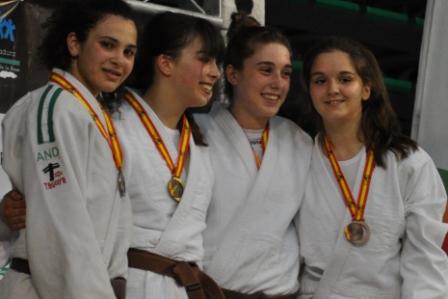 Candela Fernández del Club Forum en el podio como Subcampeona de España Cadete