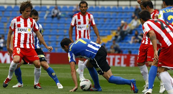 Urko Vera, del Hércules CF, totalmente rodeado de jugadores de la UD Almería