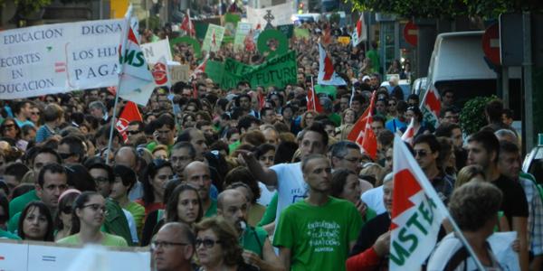 Panorámica del Paseo de Almería durante una manifestación por la educación pública