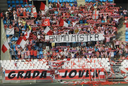 Ningún detalle escapa a los aficionados de Grada Joven de la UD Almería, animando a Esteban Vigo por el fallecimiento de su hermano