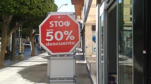 Algunos comercios de Almería han avanzado las rebajas para subir ventas