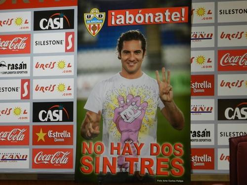 El almeriense David Bisbal apoya de nuevo al equipo de su tierra, la UD Almería, que buscará el ascenso a la Liga BBVA
