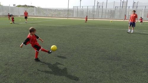 El nuevo capitán con brazalete de la UD Almería, Corona, ha peloteado con algún niño en el Campus de Fútbol de la UDA
