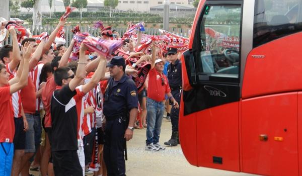 La peña Grada Joven de la UD Almería ha cumplido tres años animando a su equipo en el Mediterráneo
