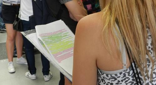Cualquier tiempo muerto entre exámenes es aprovechado por los alumnos de la Selectividad para repasar