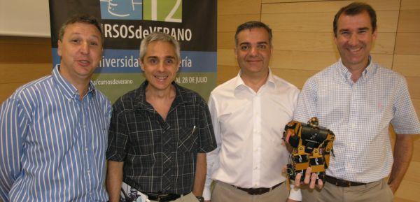 Antonio-Barrientos-y-Manuel-Ferrer-con-los-directores-del-curso-de-robótica