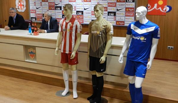 La marca Nike se puso en contacto con la UD Almería hace meses para vestir al equipo de Alfonso García