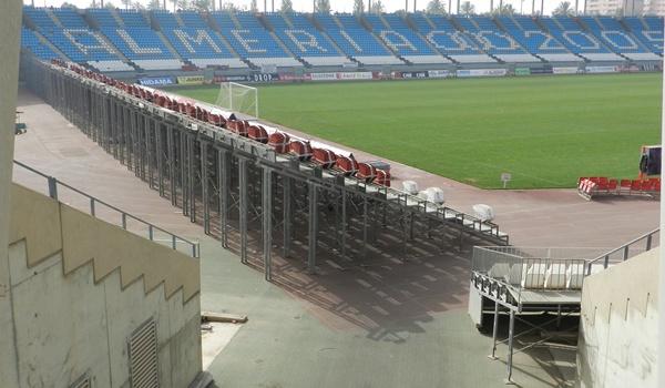 El traslado de gradas supletorias en el Estadio de los Juegos Mediterráneos se hace para ayudar a los jugadores de la UD Almería