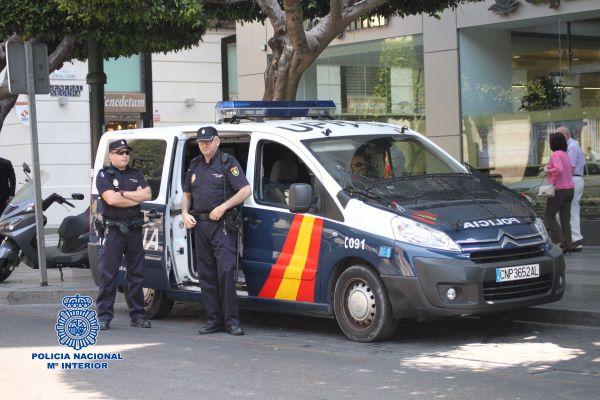 Detenido tras atracar un comercio y una licorería en la calle Granada de Almería