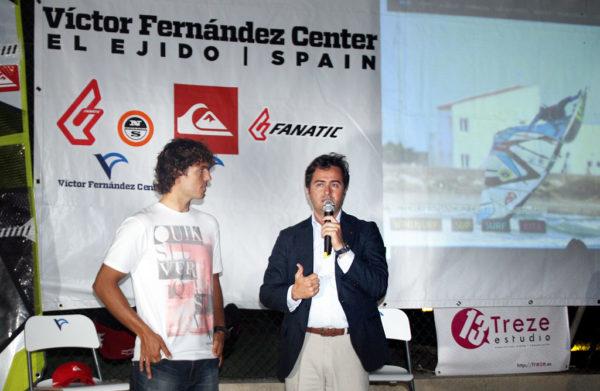 El Campeón del Mundo, Víctor Fernández y el alcalde de El Ejido, Paco Góngora, fueron los encargados de la apertura oficial del centro.