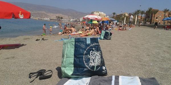 La bolsa ecológica de la multinacional de distribución francesa Carrefour causa furor en las playas de Almería