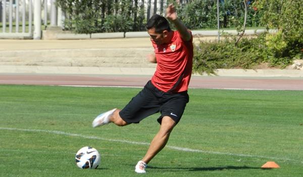 El delantero de la UD Almería tiene un mecanismo de golpeo muy especial
