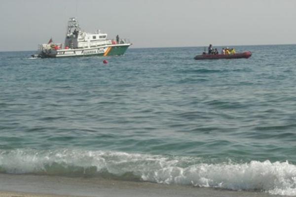 La patera fue interceptada por la Benemérita muy cerca de la playa en San José (Almería)