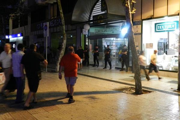 El Centro Comercial Oliveros, con un supermercado El Árbol, fue blindado por la policía al paso de la 'marcha obrera'
