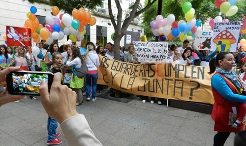 El colorido ha sido fundamental en la escenificación de la protesta de las guarderías de Almería