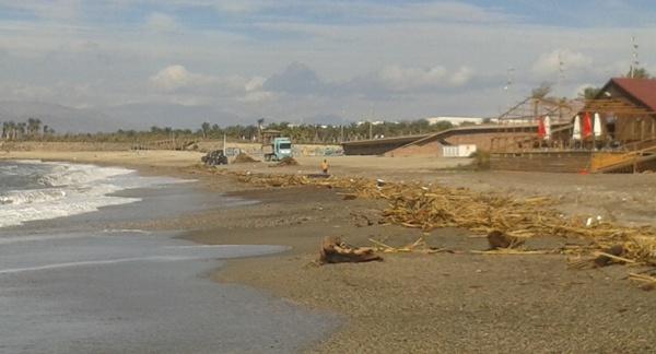 Las labores de limpieza de la playa de El Toyo han sido complicadas y lentas