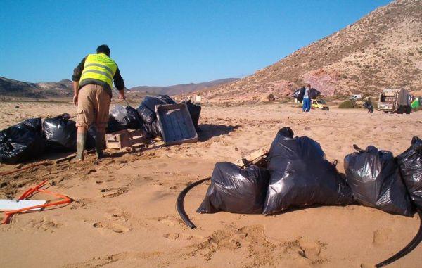 Cabo de Gata se moviliza para limpiar las playas y los fondos marinos del Parque Natural