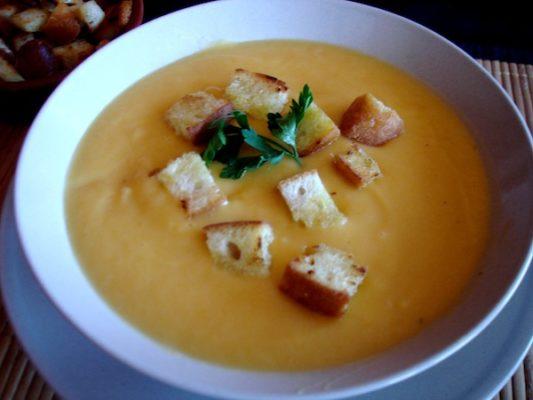 Crema de calabacin y zanahorias al puntito de ajo tostado con picatostes