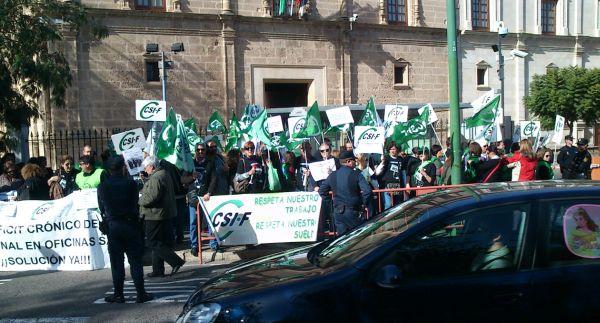 Protestas en sevilla por el despido de 88 trabajadores del for Oficina empleo almeria