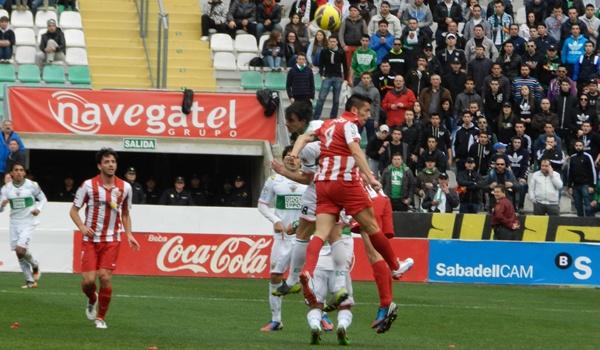 La UD Almería pierde ante el Elche, líder de la Liga Adelante, porque es masacrada por el árbitro