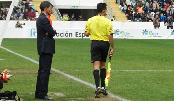 El míster de la UD Almería ha acabado muy enfadado con el árbitro y el asistente de su partido ante el Elche, líder de la Liga Adelante