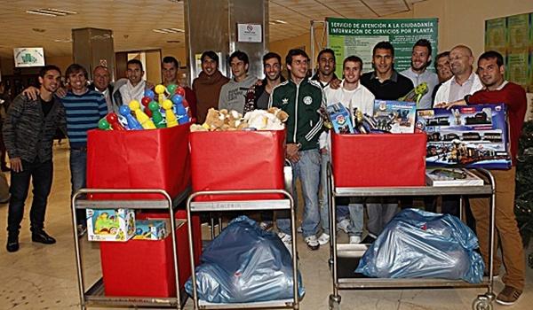 Los hombres de Javi Gracia han entrenado tras perder injustamente en Elche y después han repartido regalos a los niños ingresados en el hospital