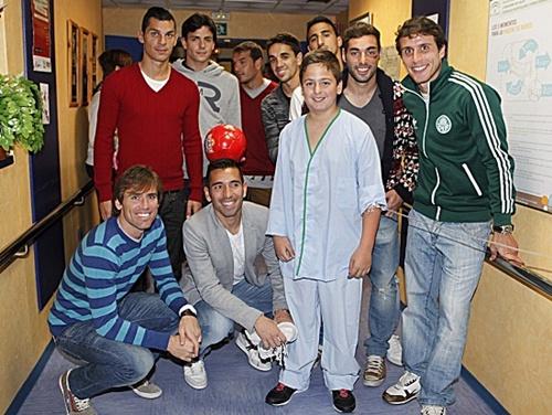 Entrega de regalos a los niños hospitalizados en Torrecárdenas por la Navidad