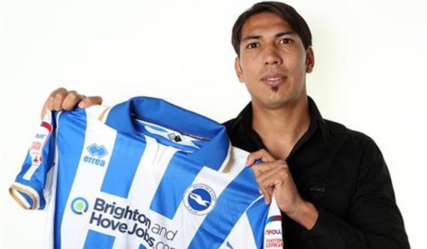 El delantero posa con la camiseta de su nuevo equipo de la Champioship tras dejar Almería