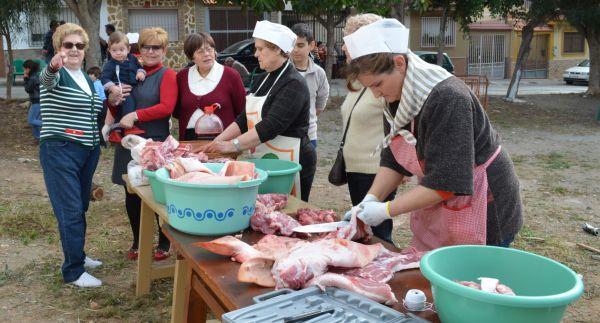 Santa María del Águila organiza un domingo de fiesta con la matanza del cerdo