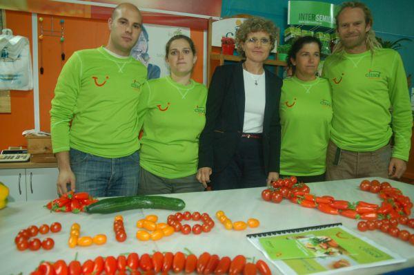 Lola Gómez, junto a su equipo