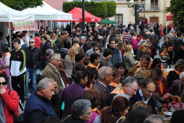 Miles de personas abarrotaban la céntrica Plaza de la Constitucion y calles aledañas en este primer Día de la Naranja
