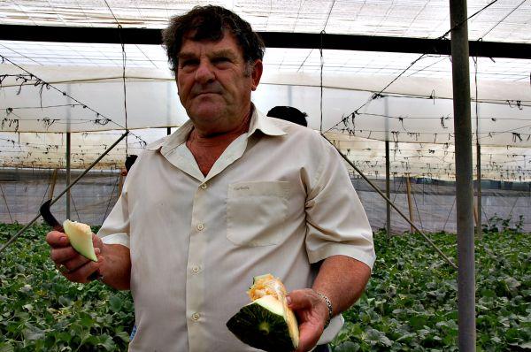 Agricultor con melón